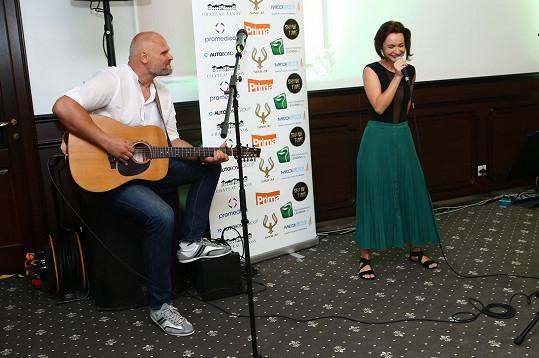 V rámci programu zpívala za doprovodu zpěváka Radima Flendera, jemuž v noci předtím psala zprávy.