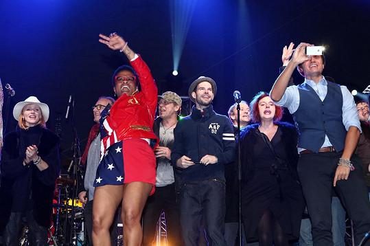 Přátelé kapely byli pozváni na pódium.
