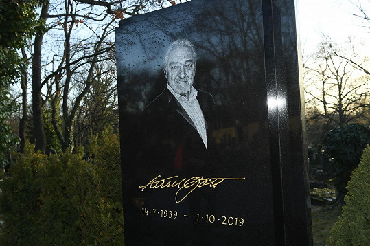 Hrob Karla Gotta je přístupný lidem.