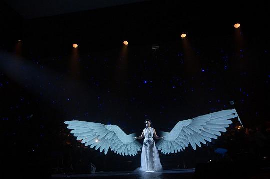 Anděly nejen sama tvoří a prodává pro dobrou věc, ale jedním se i na jevišti stala.