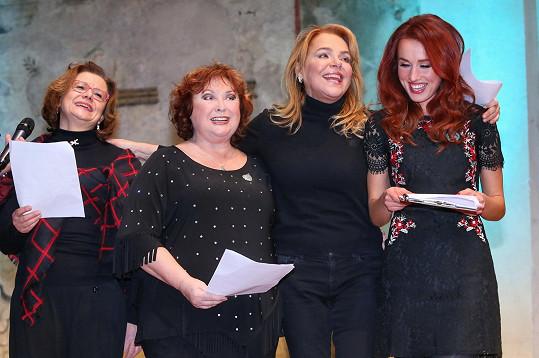 Došlo i na zpívání koled. Na snímku Ivana Andrlová, Naďa Konvalinková, Dagmar Havlová a Lenka Vacvalová.