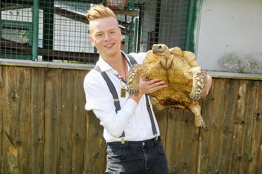 V zooparku se v rámci programu fotil nejdřív se želvou.