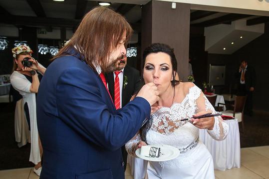 Novomanželé dodržovali tradiční zvyky.