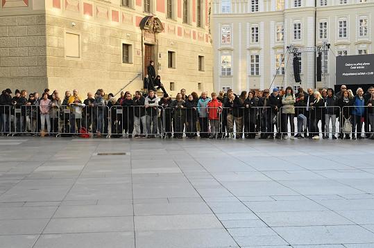 Lidé čekají na příjezd hostů na mši v katedrále sv. Víta.