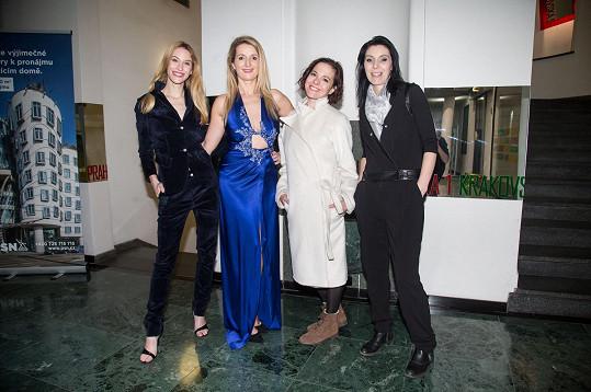 K návrhářce Petře Pilařové (vpravo) se přišly připravit na plesovou sezónu (zleva) Marie Renčová, houslistka Markéta Muzikářová a herečka Kristýna Janáčková.
