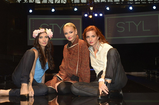 Eva a Míša pózují s nejkrásnější ženou planety pro rok 2012 Terezou Fajksovou.
