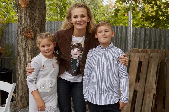 Míša se svou seriálovou dcerou (z Ulice) Mirinkou, kterou hrála Adélka Krauseová. Chlapec je Adélčin brácha Jakub, který v Ulici také hraje, a to syna Anety Krejčíkové Šímu.