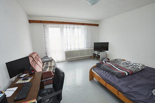 Základní vybavení a starý nábytek František má, ale příliš útulně jeho bydlení nepůsobí.