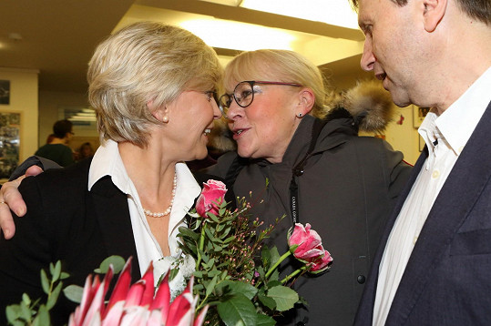 Herečka přišla poblahopřát kolegům z Jezerky k premiéře hry Poslední aristokratka.