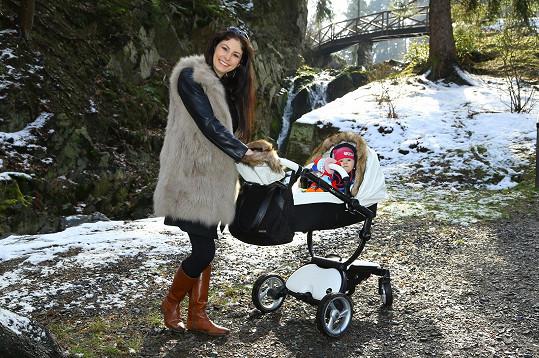 Denisa s dcerou Laurou na procházce