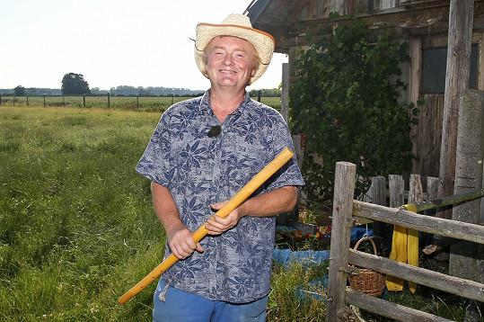 Farmář Pavel Pollreich (57) chová ovce, kterým prý rád hraje na fujaru. Mimo jiné skládá básně a je velký romantik.