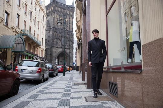 Hrivňák před pražským vlajkovým butikem Versace