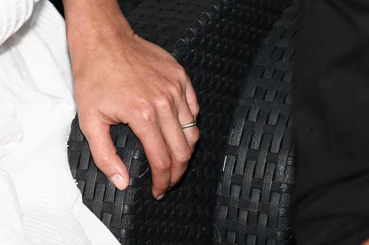 Andrea ukázala snubní prsten.