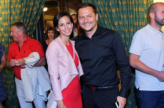 Vojtěch Bernatský vyrazil s manželkou Kateřinou do kina.