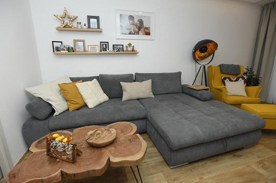 Obývací pokoj je útulný a plný fotek dvojice.