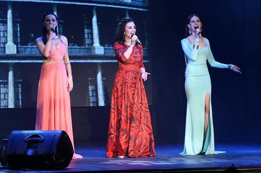 A s dalšími dvěma Kleopatrami Radkou Fišarovou a Betkou Bartošovou také vystoupila.