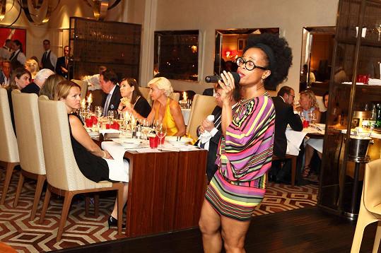Na charitativní galavečeři se Tonya Graves postarala o překvapení. Zazpívala před podáváním dezertu.