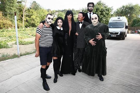 Daniela s kolegy z muzikálu Addams Family a majitelem vinařství, který se převlékl za jednu z postav.