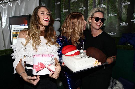 Mezi gratulantkami samozřejmě nechyběly kamarádky blogerky v čele s Míšou Štoudkovou (vlevo).