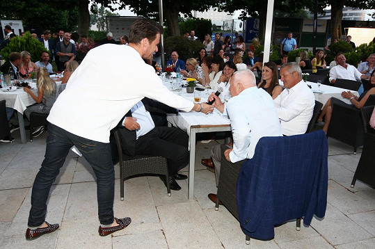 Moderátor nechal promluvit i čestného hosta večírku Václava Klause.