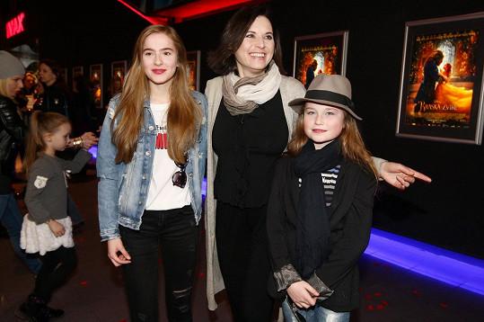 Bára Kodetová s dcerami Lily (vlevo) a Violetkou