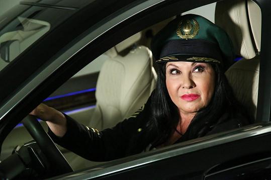 Dáda Patrasová usedla v klipu za volant.
