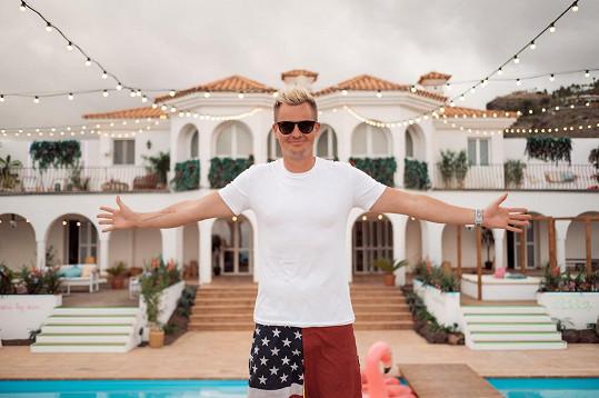 Kazma se přijel podívat na vilu, kde budou dva měsíce žít účastníci Love Islandu.
