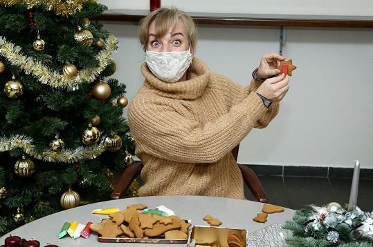 S kolegy v divadle nazdobila vánoční cukroví. Se Sandrou bylo o zábavu postaráno.