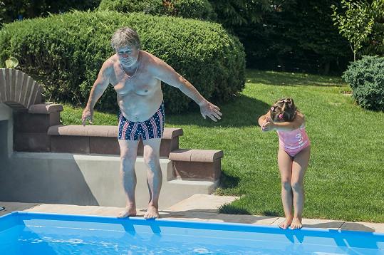 U bazénu řádí s vnučkami.