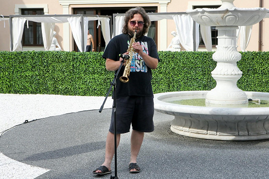 V Château Šanov také zahrál na saxofon.