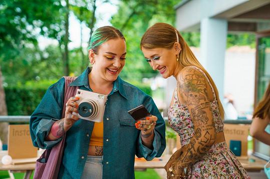 Sharlota se s vizážistkou Kateřinou Koki Mlejnkovou na party bavily okamžitým vyvoláváním fotek z foťáku.