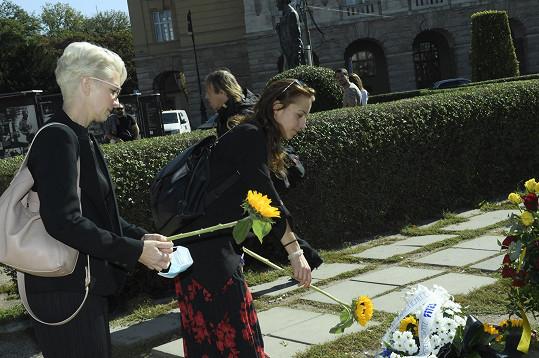 Květinu přinesla i herečka Petra Horváthová (vpravo).