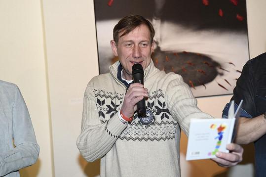 Na křtu básnické sbírky Jiřího Žáčka Maličkosti z lásky. Herec měl problém přečíst ukázku z knihy.