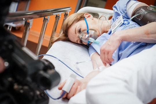 Sestřička Mery podlehne masivnímu krvácení do břicha.