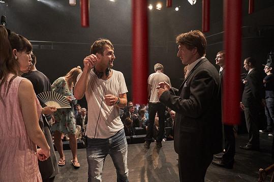 Režisér Slávek Horák s Martinem Hofmannem, který hraje Pavla Landovského.