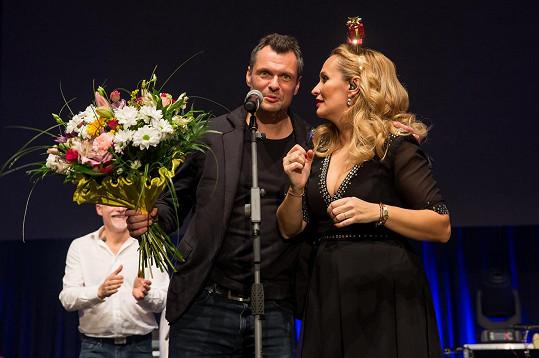 Monika Absolonová s přítelem Tomášem Hornou, který za ní přišel na pódium.
