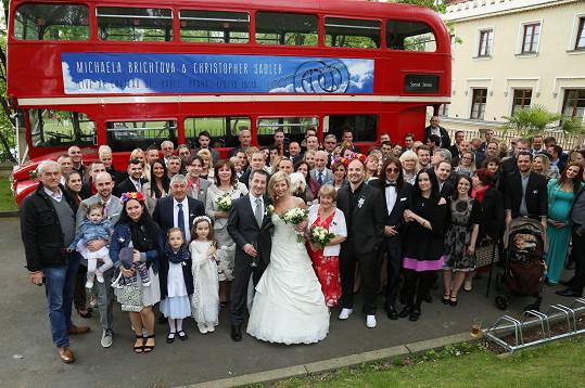 Na svatbě nesměl chybět typický londýnský autobus.