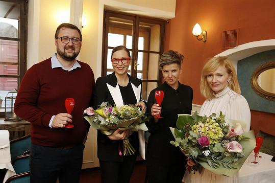 A za odměnu dostaly květiny.