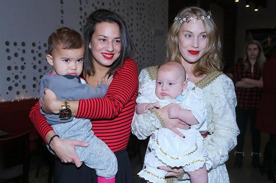 Aneta Krejčíková se sestrou Kateřinou, od níž si Iva dítě vypůjčila.
