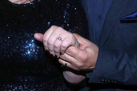 Zpěvačka se pochlubila zásnubním prstenem.