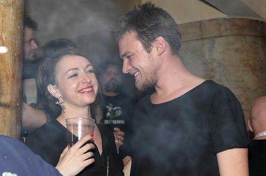 Tatiana Vilhelmová má ráda večírky a zábavu s přáteli. Zejména s partnerem Vojtou Dykem.