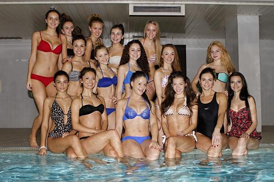 Finalistky Miss Junior s krásnou cvičitelkou v hotelovém bazénu