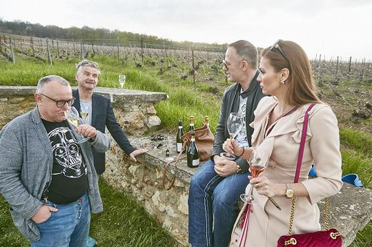 Andrea s manželem Danielem na vinici ve společnosti Petra Pečeného a Tomáše Doležala