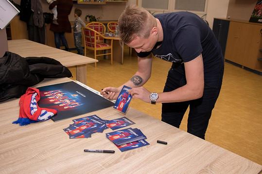 David podepisoval fotbalové kartičky.