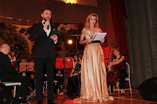 Roman Vojtek s Kateřinou v Bruselu moderovali v češtině i agličtině.