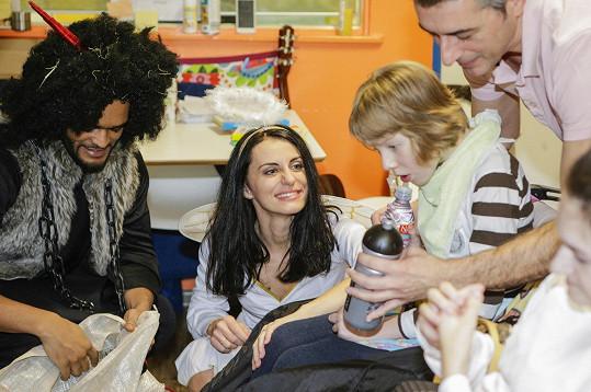 Muzikáloví herci přišli potěšit postižené děti.