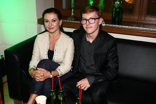 Místo manžela doprovodil Danu Morávkovou na módní show syn...