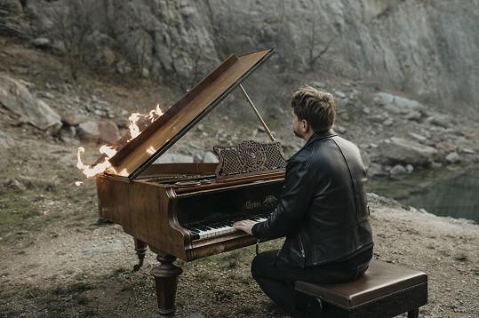 Josef Vágner do videoklipu získal piano za odvoz.