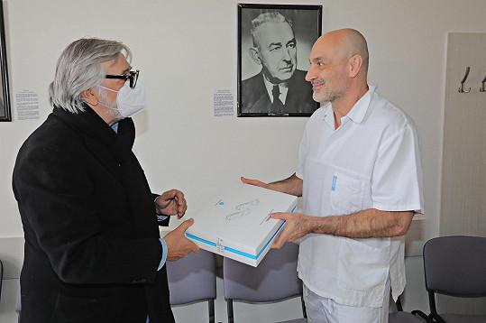 Jiří Bartoška předal ultrazvukový přístroj pro včasnou diagnostiku a prevenci plicních onemocnění.