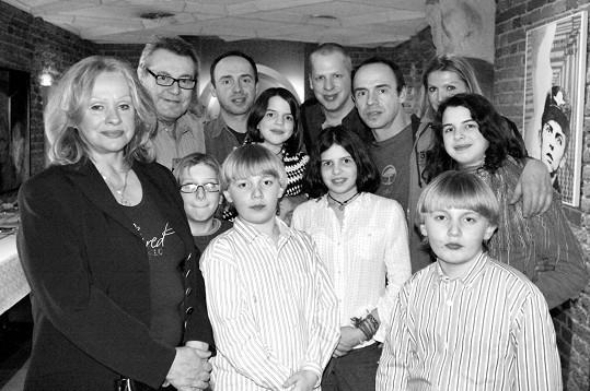 Rodinné foto - dvojčata Matěj a Petr, mezi nimi Radim, dole další Formanova dvojčata - Jim a Andy. Tmavovlásky jsou dcery Petra Formana.